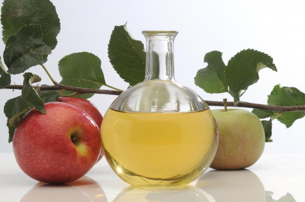 Apple cider vinegar mixed with water helps relieve a dry scalp.