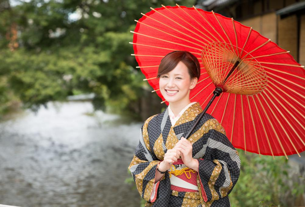 The traditional kimono -- still worn in Japan -- has influenced many types of clothing styles, including the drop shoulder.