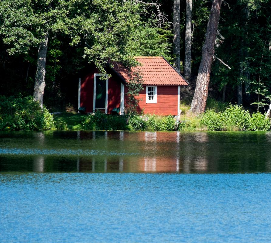 Many vacation cottages are placed alongside lakes.