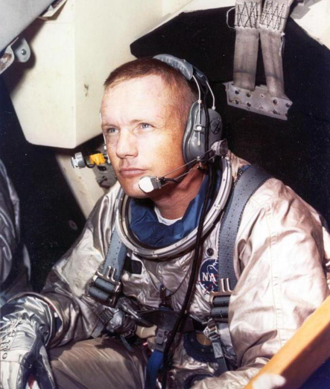 Neil Armstrong successfully walked on the moon during the Apollo 11 mission.