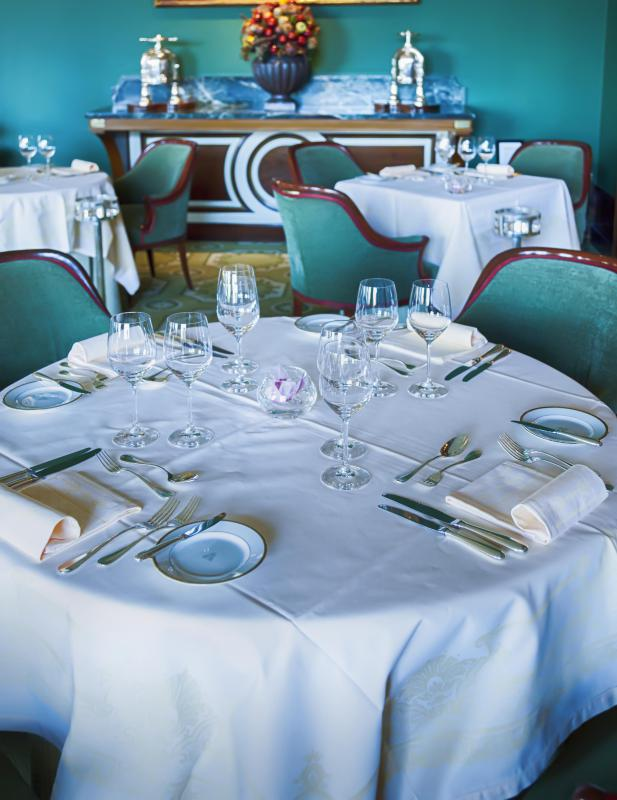 Many four- and five-star hotels have restaurants that serve formal meals.
