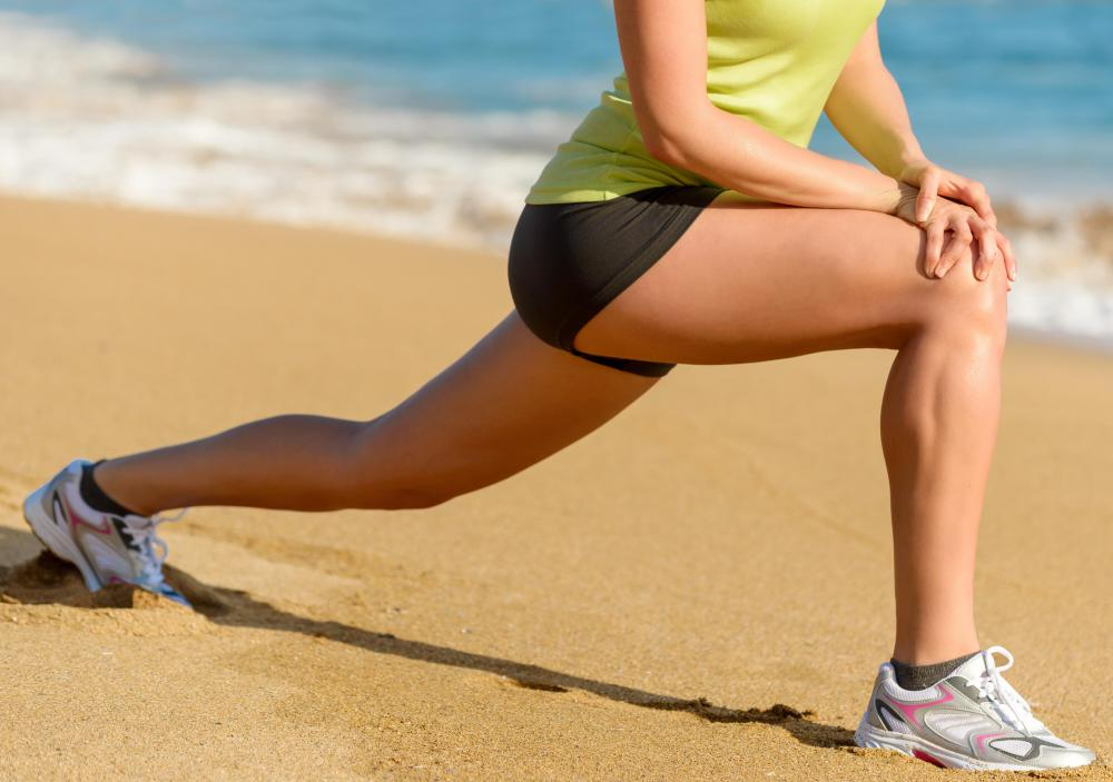 Lunges are among the best workout exercises for strengthening the thigh and gluteus muscles.